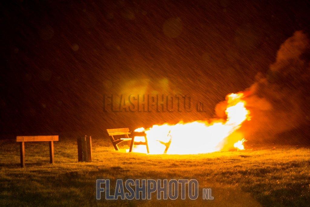 Houten bankje afgebrand Breeweg Vlaardingen   Flashphoto NL