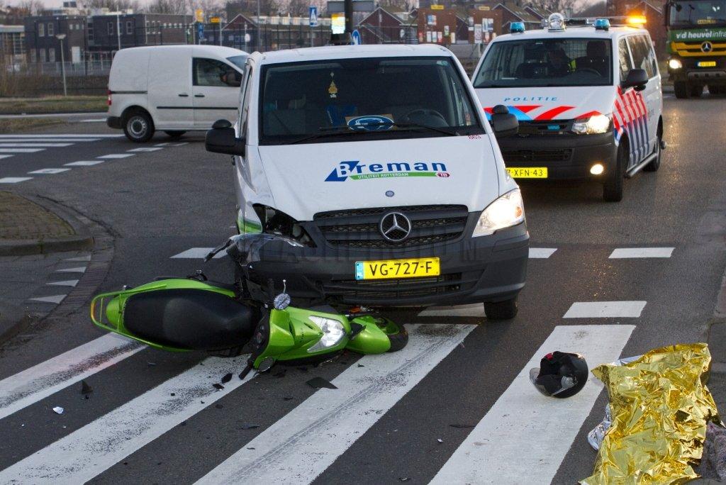 gewonde bij aanrijding scooter auto marathonweg vlaardingen flashphoto nl. Black Bedroom Furniture Sets. Home Design Ideas
