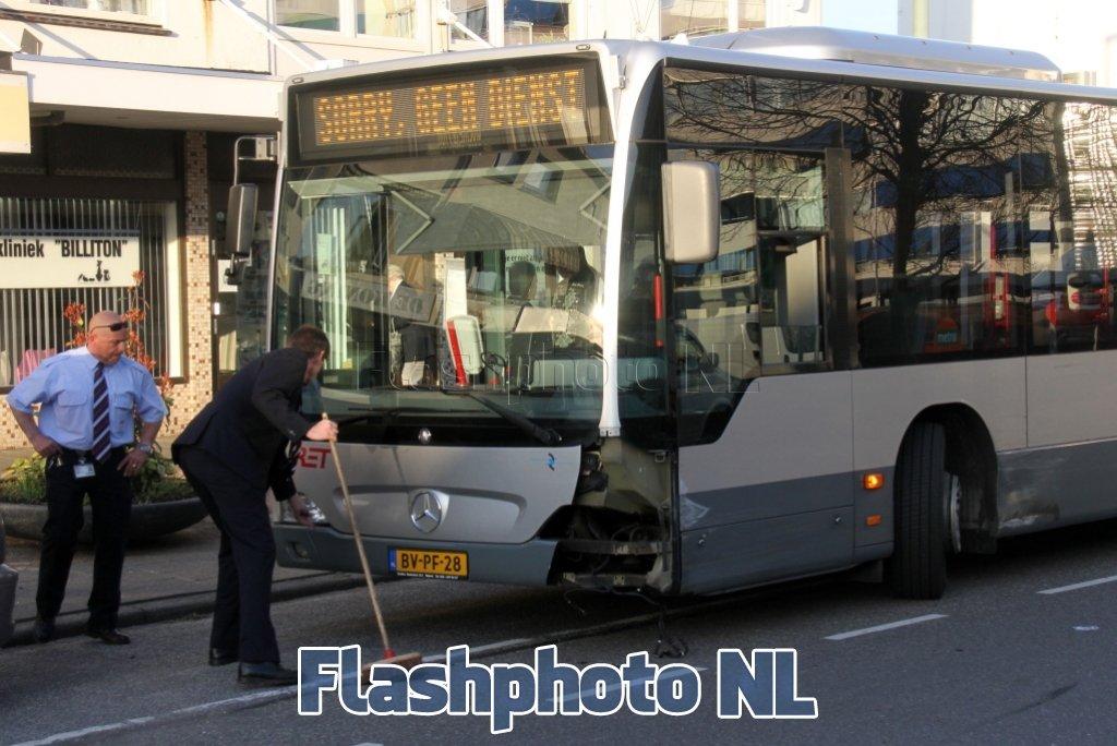 RET bus botst met auto Billitonlaan Vlaardingen ...