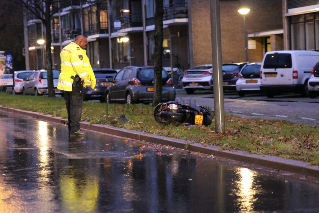 Scooterrijder negeert stopteken politie en gaat onderuit - Flashphoto.nl - Flashphoto NL
